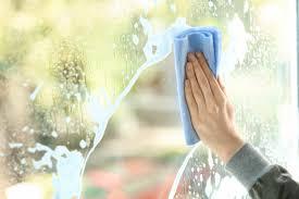 Jak dobrze umyć okna bez smug?